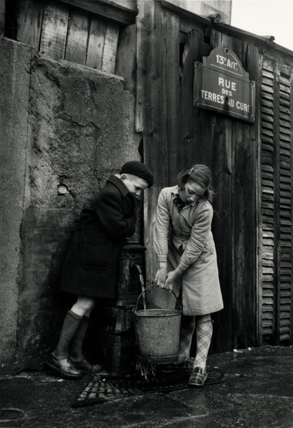 Sabine Weiss. Rue des terres au Curé, Paris. 1954