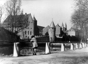 Pesthuis en Helpoort Zwanenvijver ±1950 v.a. stadspark